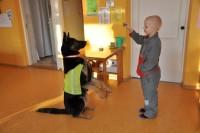 Piirivalvur koos oma koeraga tutvustamas ametit 22.01.2014